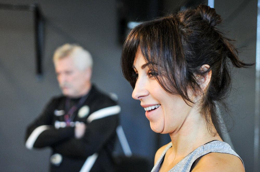 Anna Majdańska z centrum YogaFlow prowadzi ćwiczenia z jogi dla zawodników Warty Poznań