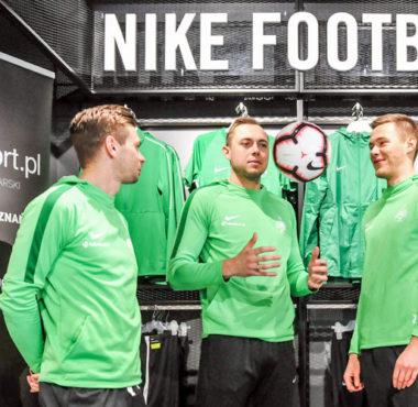Michał Grobelny, Adrian Lis i Tomasz Dejewski - piłkarze Warty Poznań w salonie futbolsport.pl