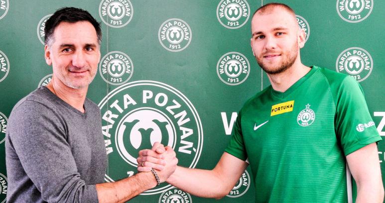 Mateusz Bodzioch i dyrektor wykonawczy Warty Poznań Tomasz Wichniarek