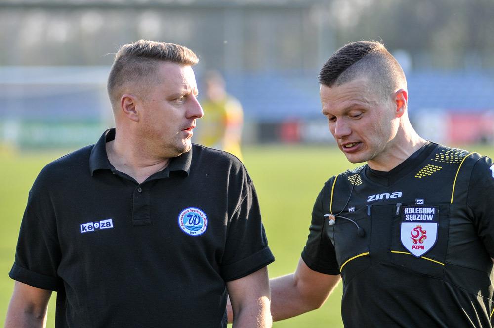 Ariel Jakubowski, trener Wigier Suwałki, i sędzia Tomasz Wajda podczas meczu Warta Poznań - Wigry Suwałki