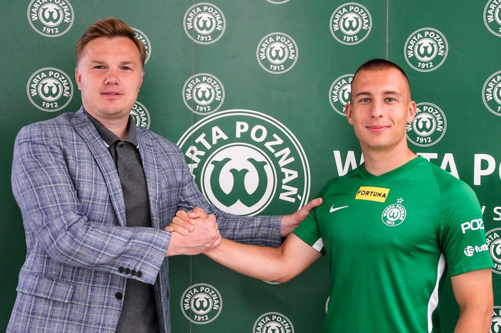 Jakub Kuzdra i dyrektor sportowy Warty Poznań Robert Graf