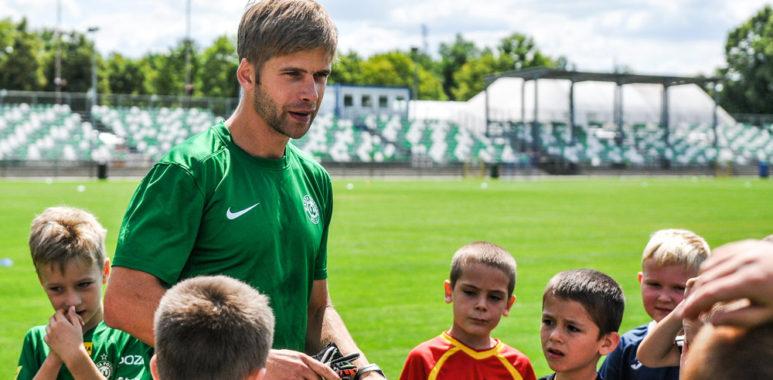 Artur Marciniak podczas treningu dla dzieci na stadionie Warty Poznań