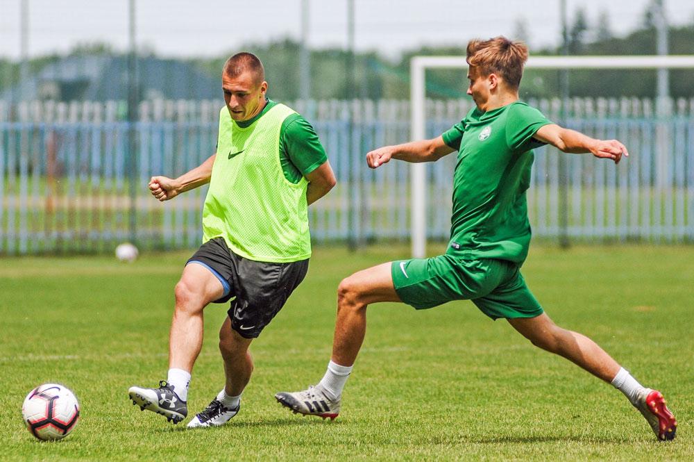 Jakub Kuzdra i Maksymilian Lisowski na treningu Warty Poznań w Jarocinie