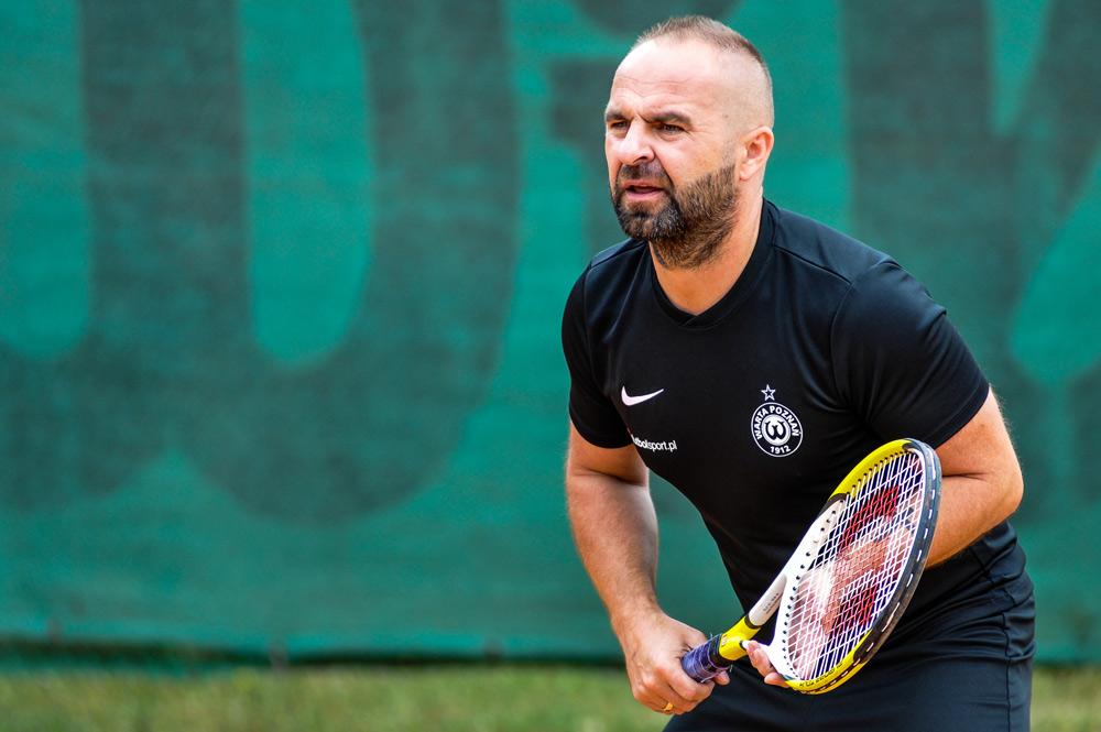 Trener Warty Poznań Piotr Tworek gra w tenisa