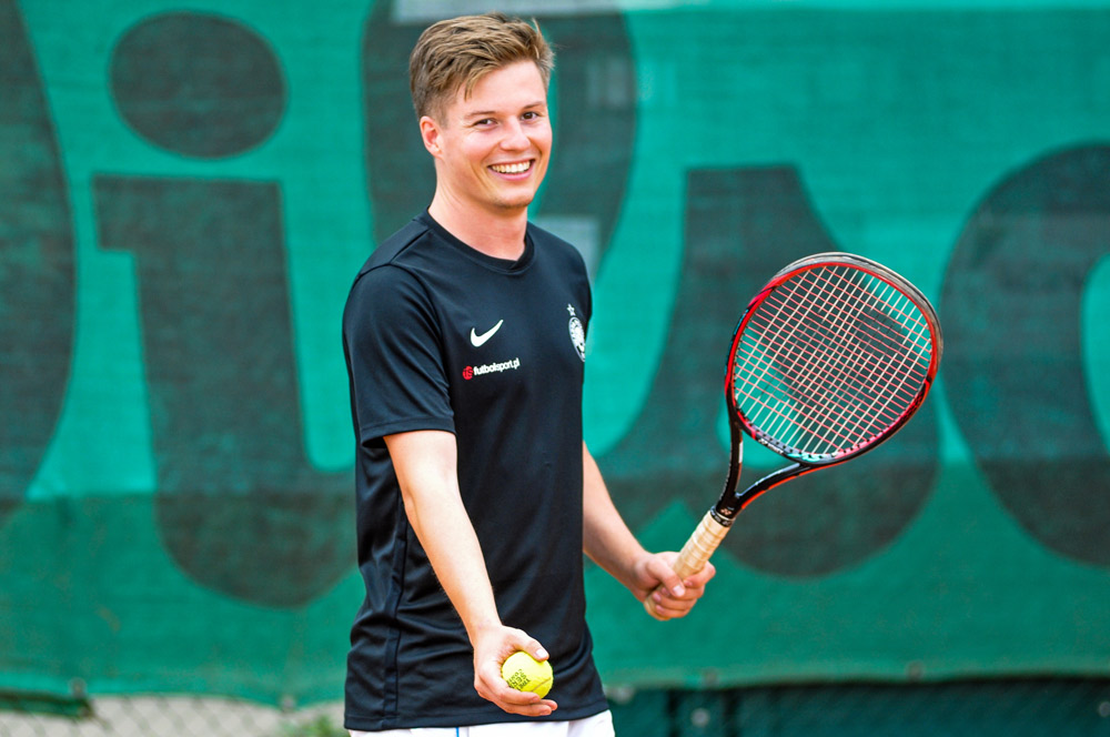 Fizjoterapeuta Warty Poznań Wojciech Danielewicz gra w tenisa