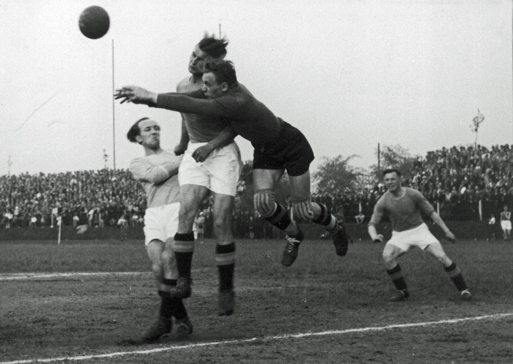 Mecz Ruch Chorzów - Warta Poznań w 1939 roku. Fot.. NAC