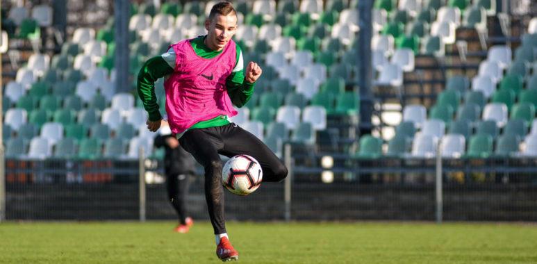 Dominik Smykowski na treningu Warty Poznań