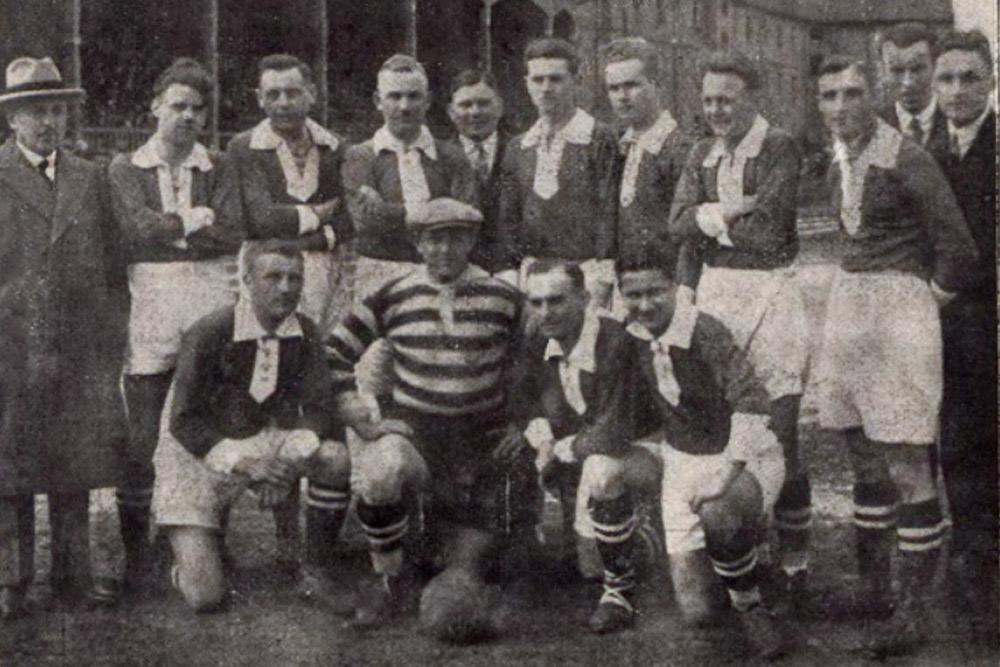 Zespół Warty Poznań u progu sezonu 1929. Z lewej trener Bela Furst