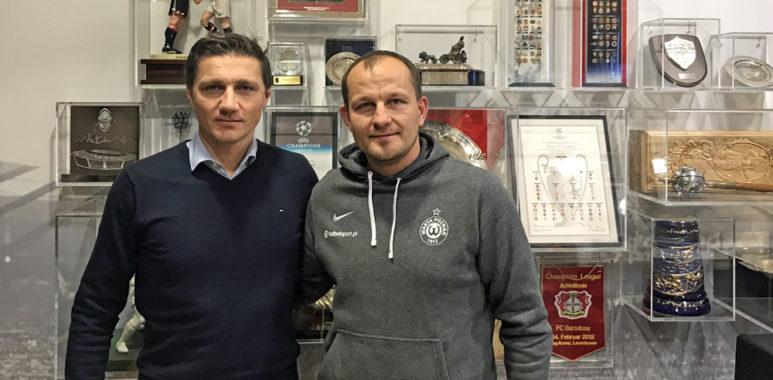 Wojciech Tomaszewski (Warta Poznań) na stażu w Bayerze Leverkusen. Z lewej Sławomir Czarniecki, koordynator ds. sportu w Bayerze