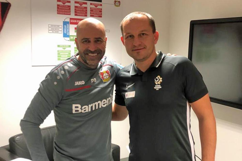 Wojciech Tomaszewski (Warta Poznań) na stażu w Bayerze Leverkusen. Z lewej Peter Bosz