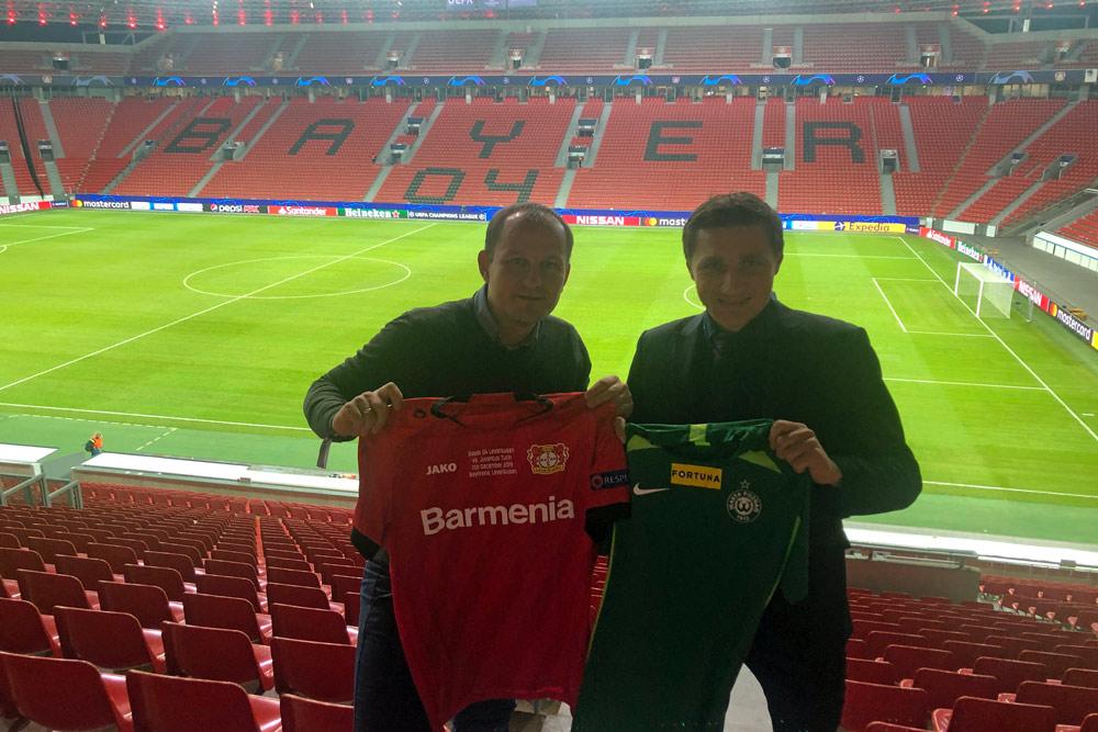 Wojciech Tomaszewski (Warta Poznań) na stażu w Bayerze Leverkusen. Z prawej Sławomir Czarniecki, koordynator ds. sportu w Bayerze