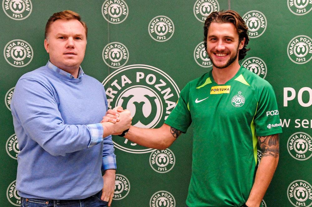 Mateusz Szczepaniak i dyrektor sportowy Warty Poznań Robert Graf