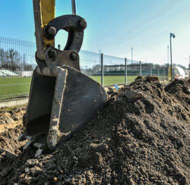 """Remont w """"Ogródku"""", prace budowlane na stadionie przy Drodze Dębińskiej"""