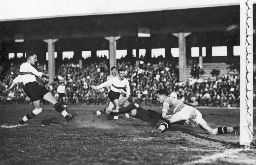 Piłkarze Legii Poznań w meczu z Dębem Katowice na Stadionie Miejskim w Poznaniu