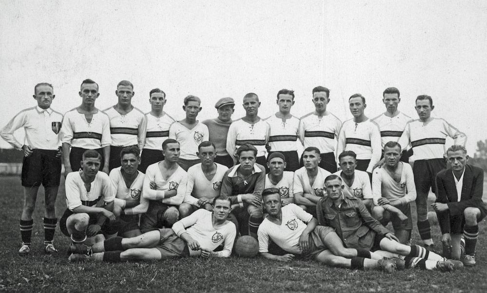 Drużyna Legii Poznań (koszulki z poprzecznymi pasami) przy okazji meczu z Widzewem Łódź
