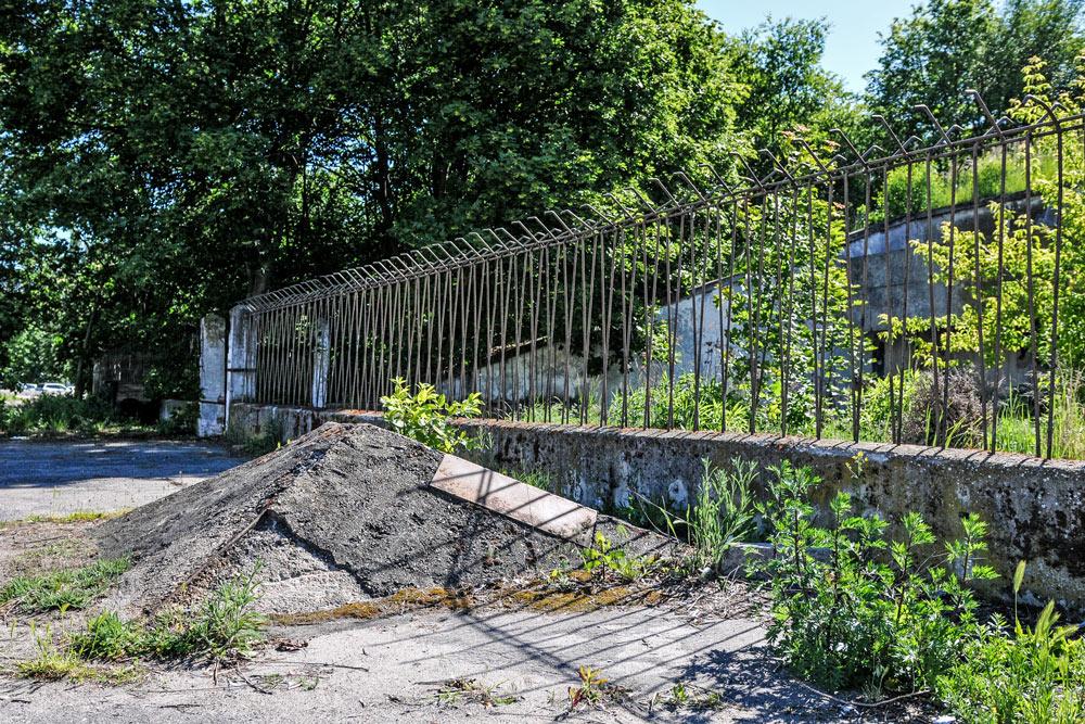 Pozostałości po fundamentach, na których miały stanąć maszty oświetleniowe na stadionie im. 22 lipca w Poznaniu