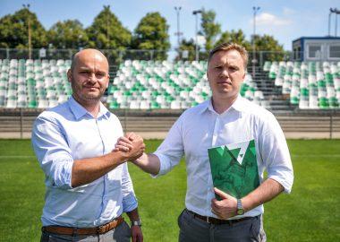 Właściciel Warty Poznań S.A. Bartłomiej Farjaszewski i dyrektor sportowy klubu Robert Graf