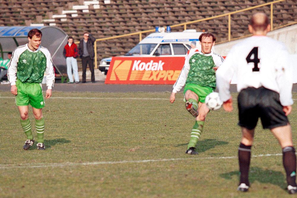 Piotr Prabucki i Czesław Jakołcewicz w meczu Warta Poznań - Legia Warszawa w 1995 roku