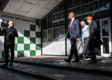 Wojewoda Łukasz Mikołajczyk podczas wizyty na obiektach Warty Poznań przy Drodze Dębińskiej 12
