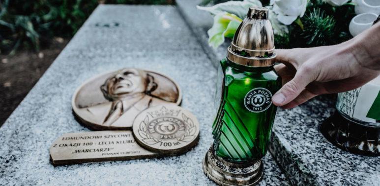 Piłkarze Warty Poznań na grobie Edmunda Szyca; fot. Agnieszka Torba