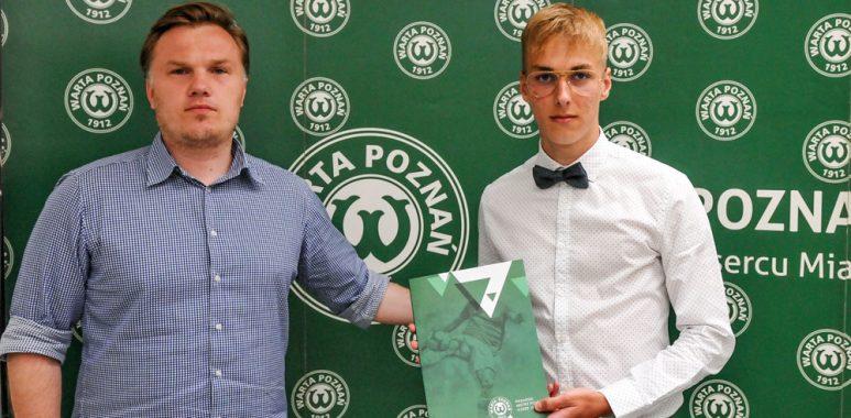 Filip Małek i dyrektor sportowy Warty Poznań Robert Graf