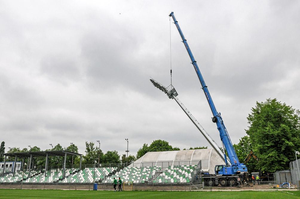 Ustawianie jupiterów na stadionie przy Drodze Dębińskiej 12 w Poznaniu