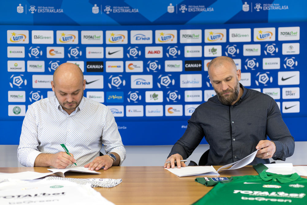 Podpisanie umowy. TOTALbet pozostaje sponsorem strategicznym Warty Poznań. Marcin Giera i Bartłomiej Farjaszewski